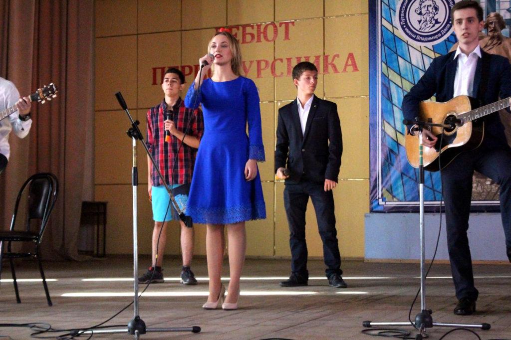 Маргарита Усова исполняет песню. Презентация 1-го курса 2017г.